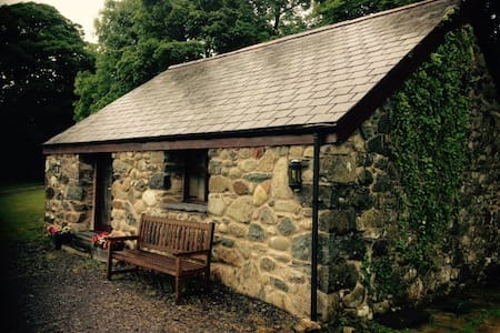 Charming cottage in the countryside - caernarfon - House