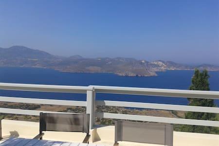 Milos , overlooking the Aegean sea - Plaka - Villa