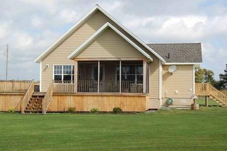 Riverbank Vacation Home - Haus