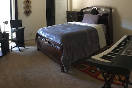 Master bedroom with private bath - Irving - Apartment