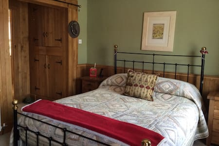 King Size Bed with En Suite - Calne - House