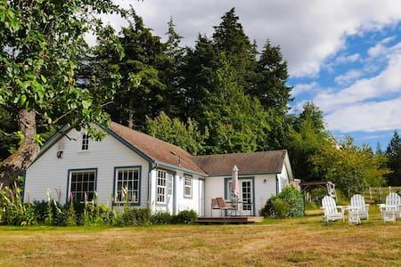 Tidewinds Farm Cottage -- Island Views + WiFi - Ház