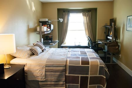 Private room minutes from downtown! - West Sacramento - Casa