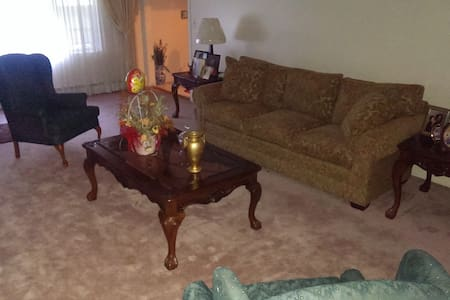 Large comfy room in a comfy home! - Mount Vernon