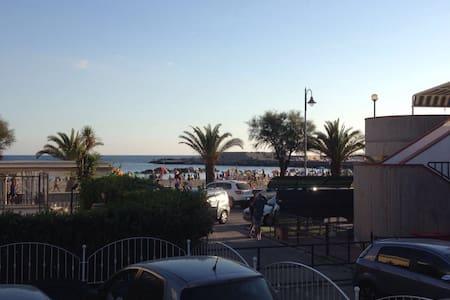 neue Ferienwohnung/großer Terrasse/direkt am Meer - Lägenhet