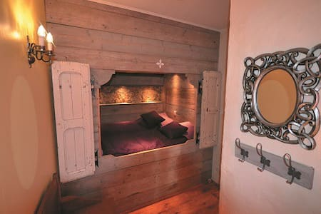 Laurier, with bedstead bedroom - House