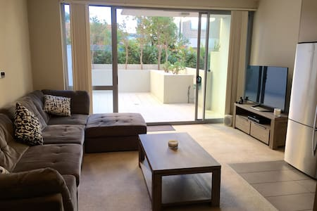 Large one bedroom apartment in a secure building - Maroubra - Apartment