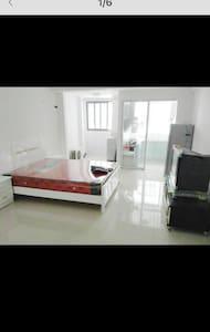 繁华商街公寓房,大床,独立卫生间,阳台 - Huoneisto