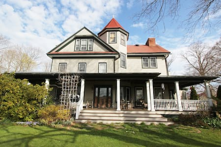 Historic Grand Victorian on Hill #2 - Mattituck - Apartamento