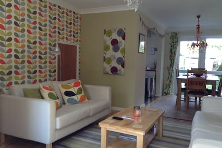 Lovely 3 BR house in village centre - Casa