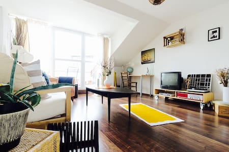 Sunny spacious room + free parking  - Apartment