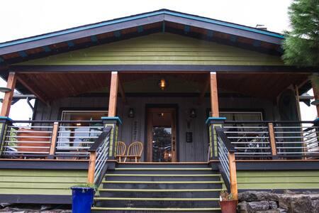 Colorful & Stylish NE Portland Pad
