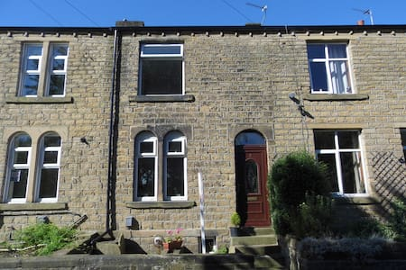 BEAUTIFUL 2 bedroom house close to university - House