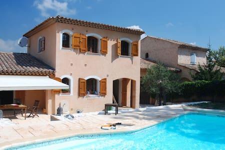 Agréable villa avec piscine - House