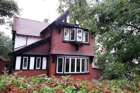 Large Detached House in Stalybridge - Stalybridge - Casa