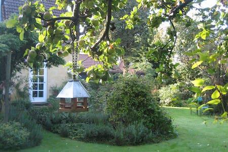 Byhus med Cottage Garden