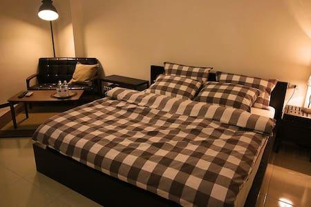 KING DOUBLE BEDROOM, 30s to MRT - Haus