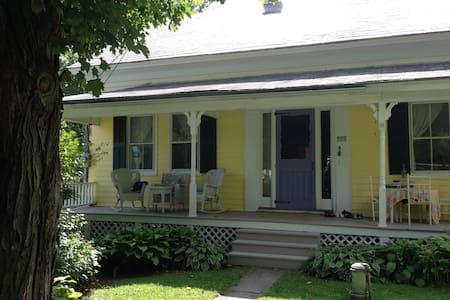 1880s Cozy Village Home, 3 bedrooms - Casa