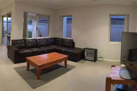 Cosy, spacious, modern house, next to airport,mall - Cloverdale