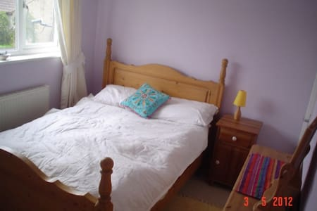 sunny room available in happy house - Shepton Mallet - House