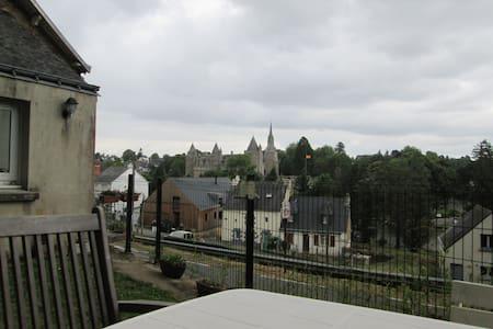 maison avecjardin vue sur le chateau et l' écluse - Rumah