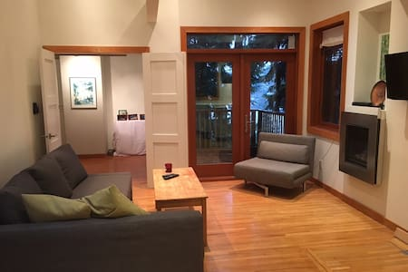 Deep Cove Loft with Water and Mountain Views - North Vancouver - Loftlakás