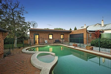 Charming Converted Stables - Caulfield East