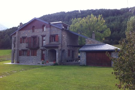 Casa de piedra con amplio jardín - Fiscal - House