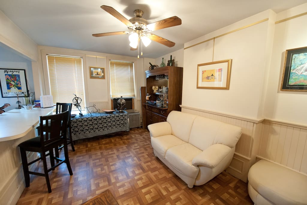 Brownstone Sunny & Spacious top fl