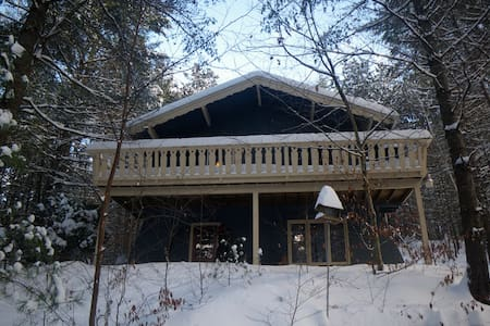 THE WHISPERING PINES CHALET - Chalé