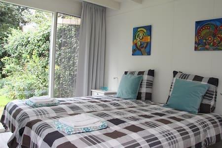 vrijstaande woonruimte met tuin - Bed & Breakfast