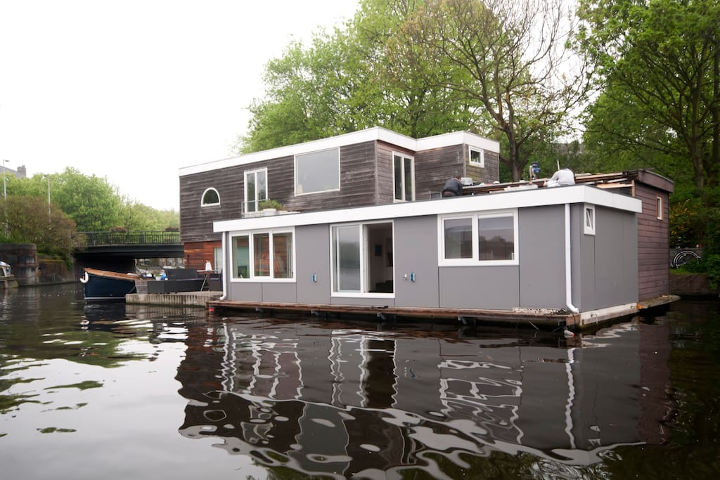 Sunny houseboat 3 bedroom villa boats for rent in amsterdam for Airbnb amsterdam houseboat