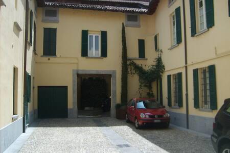 Como historical center up to 6 beds - Como - Apartment