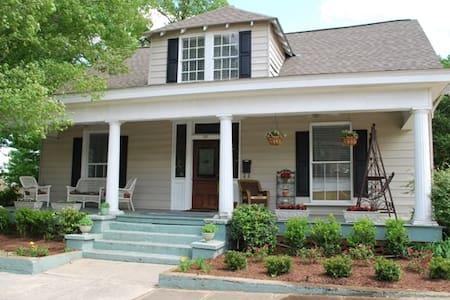 Historic Avenue C Guest House - Ház