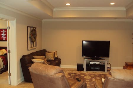 Great home, quiet neighborhood. Private entrance. - Cleveland - Casa
