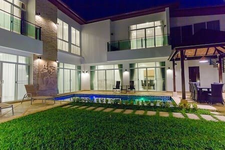 5 bdrm. Luxury villa near the sea - Rumah