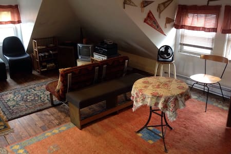 Large Private Attic in Shared House - Asbury Park - Casa