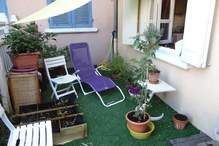 Maison Atypique sur 2 étages, calme avec jardinet - Appartement