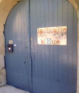"""Une chambre dans """"la Malle Bleue""""! - Vallabrix - Wikt i opierunek"""