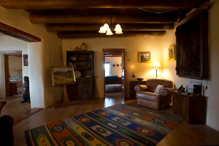 A Historic Adobe Artist Retreat w Mtn/Valley View! - Ranchos de Taos - Haus
