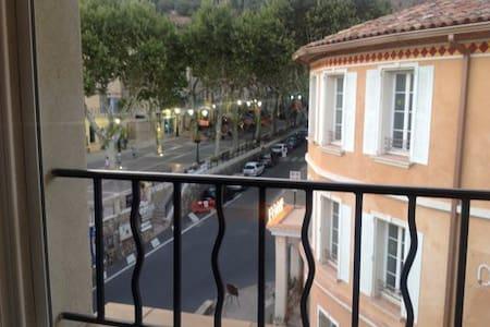 En plein centre de Cotignac - Appartement