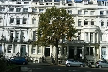 Notting Hill Large 2 Beds Bedroom