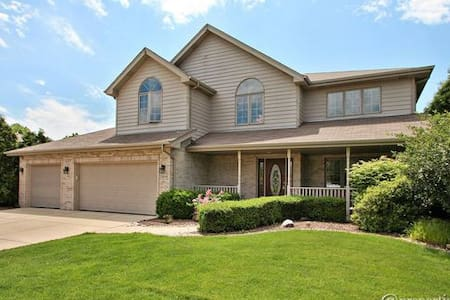 Spacious, newly remodeled, private home in Mokena - Mokena - Huis