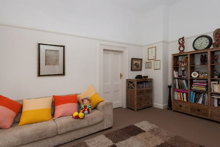 2 bedroom apartment with park view - Petersham - Appartamento