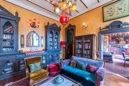 LOVELY & ARTISTIC ISTANBUL FLAT