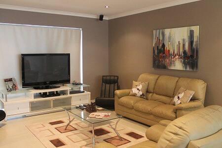 McCallum Villa Modern 3 BR Ardross - Villa