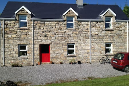Stone cottage in rural Location. - Keshcarrigan - Hytte