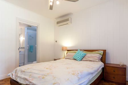 Beautiful serene cottage close to everything - Indooroopilly - Hus