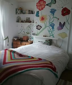 Lovely king sized bed in cosy room - House