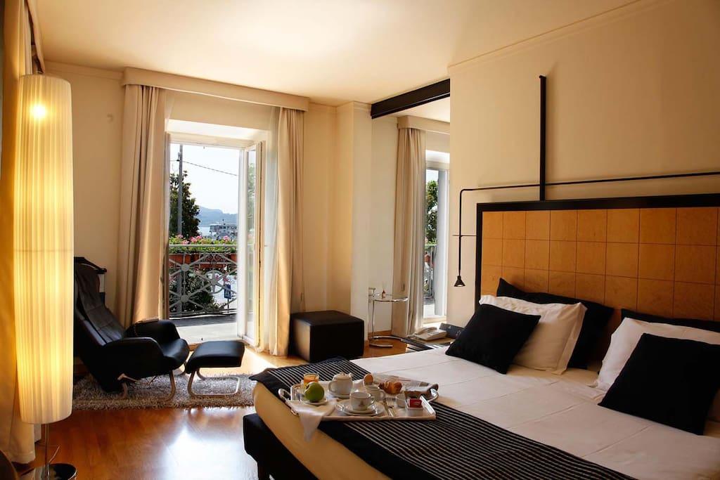 Camera da letto con balcone vista lago